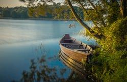 Boot in meerlandschap royalty-vrije stock foto's