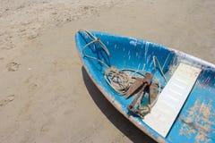 Boot met anker op het strand, Hoogste mening stock foto's