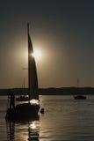 Boot met een zeil, zonsopgang op het meer Stock Afbeeldingen