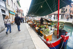 Boot met fruit en groente in waterkanaal Stock Afbeeldingen