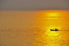 Boot met het licht van zonsondergang Royalty-vrije Stock Afbeeldingen