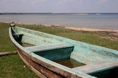 boot met kettingen bij rivierkust die wordt vastgelegd royalty-vrije stock afbeeldingen
