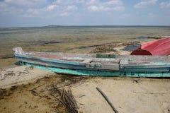 boot met kettingen bij rivierkust die wordt vastgelegd Watervervoer groene meerflora in de zomer royalty-vrije stock foto