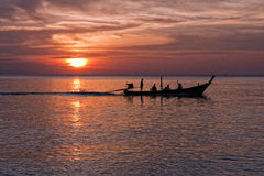 Boot met lange staart bij zonsondergang, Nai Yang-strand, Phuket, Thailand Stock Foto's