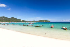 Boot met lange staart en de strand en blauwe hemel in Koh Phangan, Sur Stock Foto's