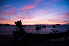 boot met lange staart op overzees Blauwe hemel en sinaasappel clound Stock Afbeeldingen