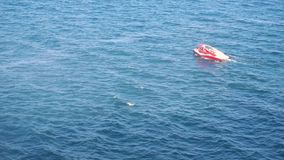 Boot met mensen in het overzees stock footage