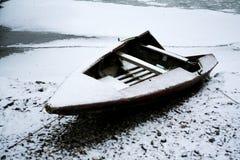 Boot met sneeuw wordt gepoederd die Stock Fotografie