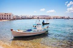 Boot met stad van Mykonos, Griekenland Royalty-vrije Stock Afbeelding