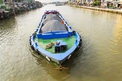 Boot met stenen die op Mekong op 13 Februari, 2012 in Mijn Tho drijven, Vietnam Royalty-vrije Stock Afbeeldingen