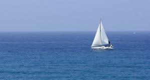 Boot met witte zeilen Stock Foto
