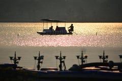 Boot in midden van meer wordt geplakt dat Stock Afbeelding