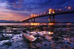 Boot mit übersehenbrücke lizenzfreies stockbild