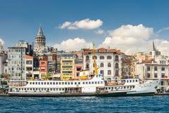 Boot mit Altbauten und Turm im blauen Himmel Lizenzfreie Stockfotos