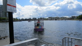 Boot mit blauen skyies Stockbilder