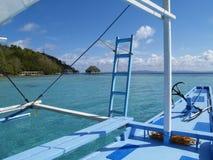 Boot mit blauen Wasser des Ankerfreien raumes Stockbild