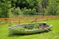 Boot mit Blumen Stockfotos