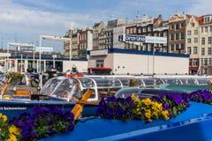 Boot mit Blumen am Hafen in Amsterdam Stockfotografie