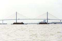 Boot mit dem Boden, der auf den Mekong mit Brücke Rach Mieu am 14. Februar 2012 in meinem Tho, Vietnam schwimmt Stockbilder