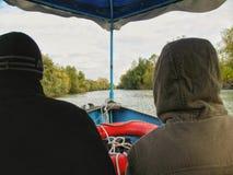 Boot mit den Leuten, die auf den Fluss schwimmen Stockfoto