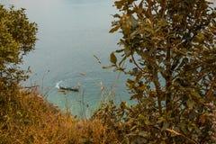 Boot mit den Leuten, die im Meer rudern stockfotografie