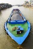 Boot mit den Steinen, die auf den Mekong am 13. Februar 2012 in meinem Tho, Vietnam schwimmen Lizenzfreies Stockbild
