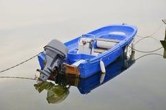 Boot mit einem Außenbordmotor Lizenzfreie Stockbilder