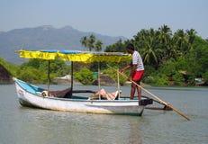 Boot mit einem Mann im Fluss im Dschungel in Indien Lizenzfreies Stockfoto