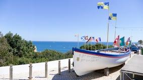 Boot mit Flaggen Portugal, Algarve Stockbild