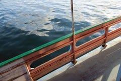 Boot mit hölzernem Geländer im Meer Lizenzfreies Stockfoto