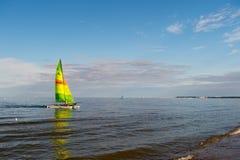 Boot mit hellem Segelsegeln im Meer von Gdansk, Polen Segelboot auf Wasser auf sonnigem blauem Himmel Sommer Abenteuer und Active Stockfoto