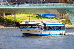 Boot mit Leuten im Fluss Torrens Stockbild