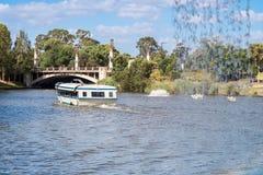 Boot mit Leuten im Fluss Torrens Stockfoto