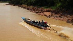 Boot mit Leuten schwimmt auf den Fluss zum Tonle Sap See in Siem- Reapprovinz, Kambodscha stock video footage