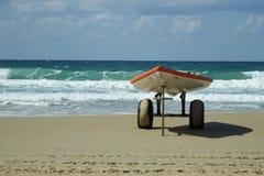 Boot mit Rudern auf dem Strand lizenzfreies stockbild