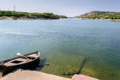 Boot mit Rudern durch Kailana See, Jodhpur lizenzfreie stockfotos