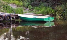 Boot mit Rudern nahe dem Pier stockbilder