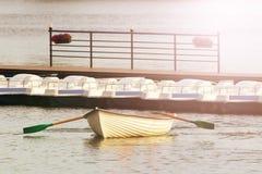 Boot mit Rudern und Bootsstation lizenzfreie stockbilder