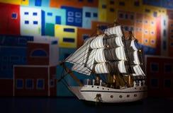 Boot mit Segeln und gemaltem Hintergrund Stockfoto