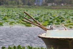 Boot mit seinem Holz, das verwenden, um Boot zu fahren Stockbild