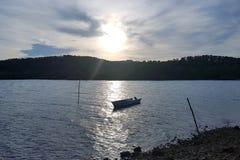 Boot mit Sonnenuntergang als Hintergrund Lizenzfreies Stockbild