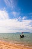 Boot mit Staatsflagge, Strand und Meer im KOH Samui, Thailand Stockfotografie