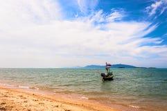 Boot mit Staatsflagge, Strand und Meer im KOH Samui, Thailand Lizenzfreies Stockbild