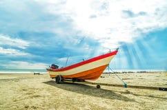 Boot mit Strahl der Sun-Leuchte Stockbilder
