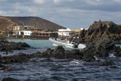 23 12 2017: Boot mit Touristen auf dem Pier der Insel von Lobo Stockbild