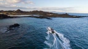 23 12 2017: Boot mit Touristen auf dem Pier der Insel von Lobo Stockfoto