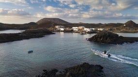 23 12 2017: Boot mit Touristen auf dem Pier der Insel von Lobo Lizenzfreie Stockbilder