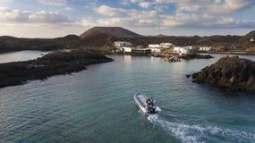 23 12 2017: Boot mit Touristen auf dem Pier der Insel von Lobo Stockbilder