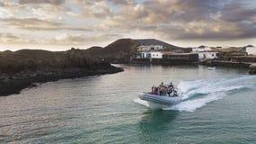 23 12 2017: Boot mit Touristen auf dem Pier der Insel von Lobo Lizenzfreies Stockfoto