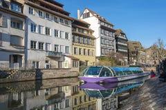 Boot mit Touristen in den Kanälen von Straßburg Stockbild